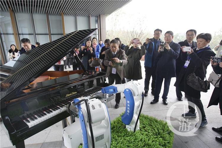 嘉宾们在智慧园聆听机器手臂弹奏的美妙钢琴(3790825)-20191203140244_副本.jpg