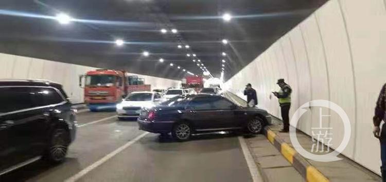 """小轿车隧道内失控旋转90度撞路沿!只因大货车一个""""小""""动作"""