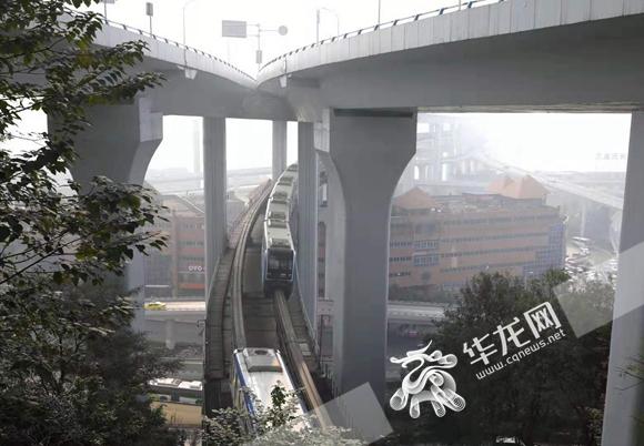 轻轨穿楼?错了错了!官方首次明确:重庆只有单轨和地铁