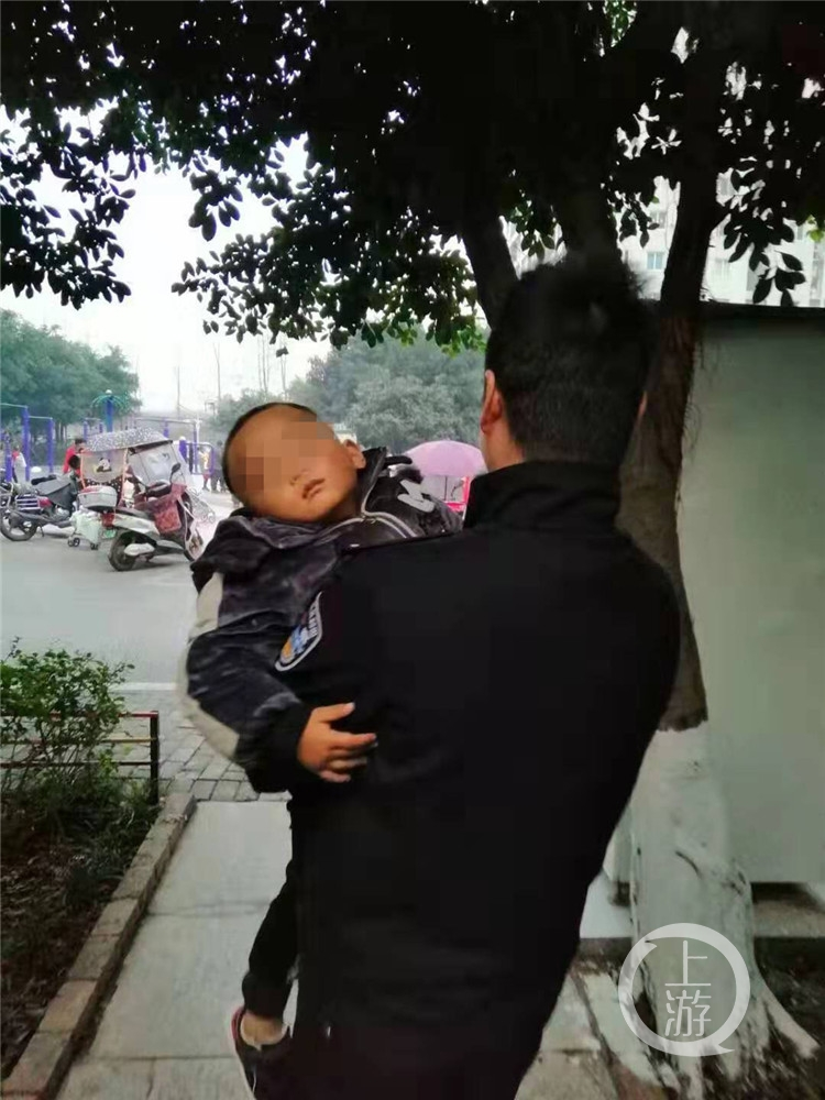 三岁男孩躺小区草地上睡着了 警察蜀黍上前抱起就走