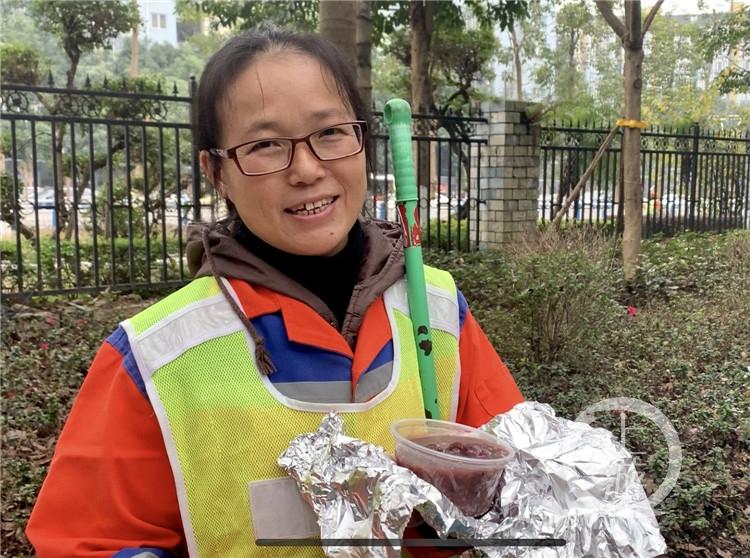 今天大清早,500多位环卫工人喝到了热气腾腾的腊八粥