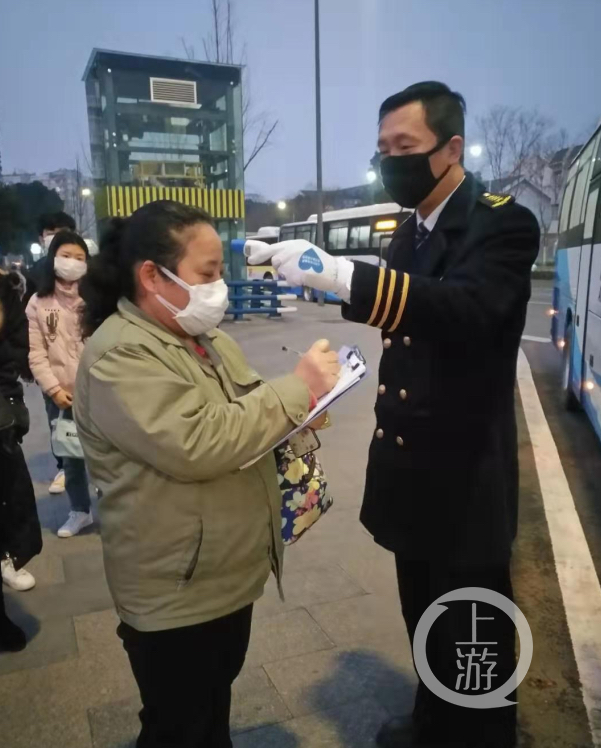 重庆开通定制公交 将企业职工从家门送到厂(4155359)-20200212204455.jpg