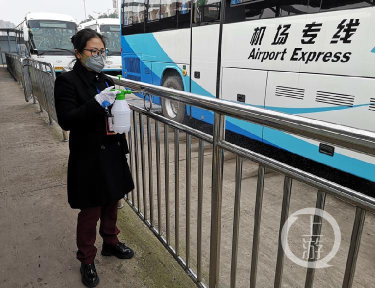 重庆开通定制公交 将企业职工从家门送到厂(4155363)-20200212204448.jpg