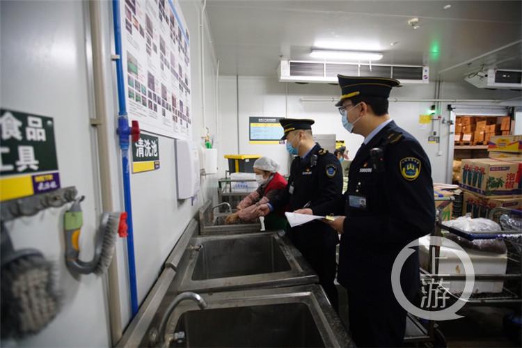执法人员检查员工洗手区域(4181005)-20200217163039_副本.jpg