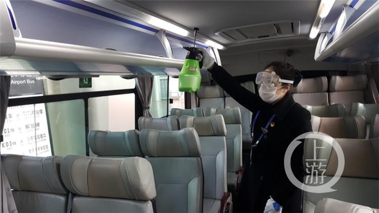 """量体温、消毒、提放行李……_她们一次次""""(4182218)-20200217170622_副本.jpg"""