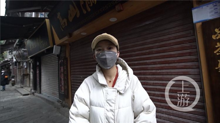 磁器口商户陈丹阳在自己的铺子前(4231819)-20200226143103.jpg
