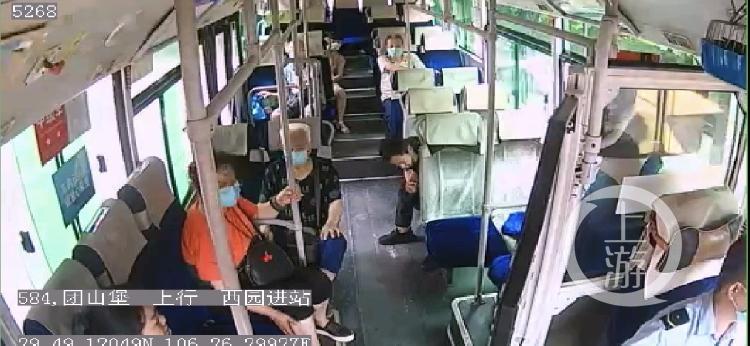 公交车上乘客突然倒地 司机当机立断调头直(4800116)-20200624120016.jpg