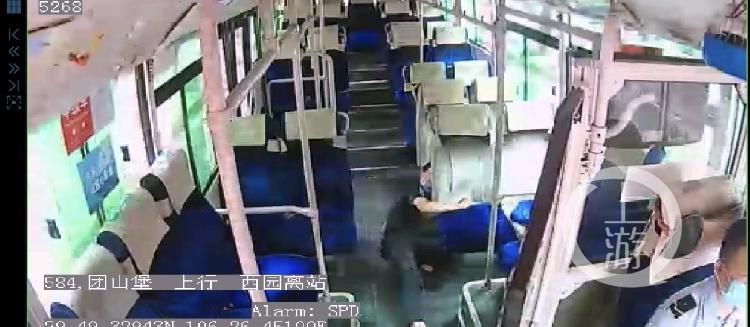 公交车上乘客突然倒地 司机当机立断调头直(4800120)-20200624120343.jpg