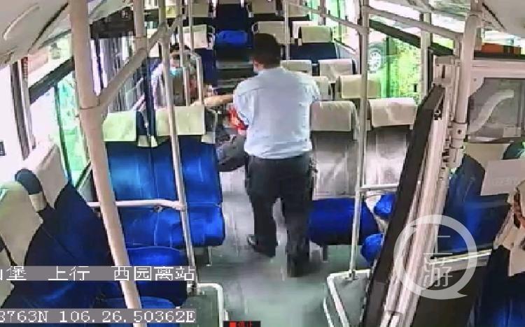 公交车上乘客突然倒地 司机当机立断调头直(4800126)-20200624120351.jpg