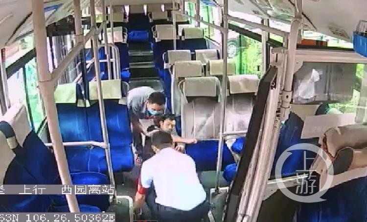 公交车上乘客突然倒地 司机当机立断调头直(4800124)-20200624120001.jpg
