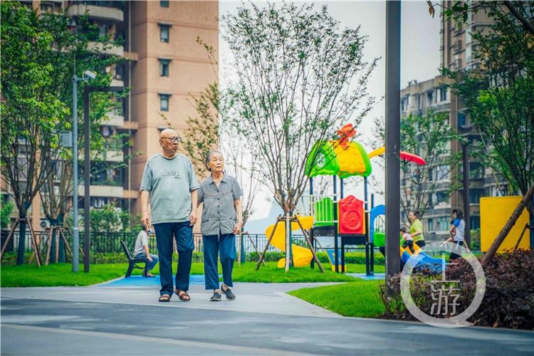 居民在近期建成开放的公园散步(4877813)-20200710155335_副本.jpg