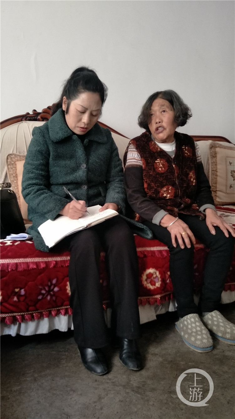 冉慧(左一)走进村民家中开展调研。(5941476)-20210221200937.jpg