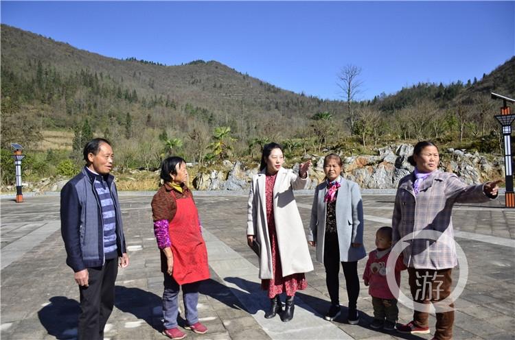 冉慧(左三)在乡村开展调研。(5941474)-20210221200930.jpg