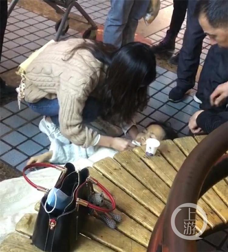 有人忽然在街上晕倒,她冲了过去.....(6191550)-20210414164139_极速看图..jpg
