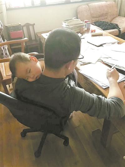 教师奶爸抱娃阅卷:让同为老师的妻子补个觉