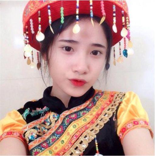 越南高二女生帮妈妈卖豆腐成网红 外表清纯被追捧