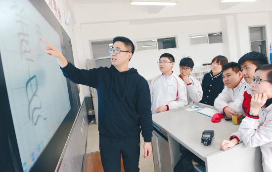 老师用小篆体为学生写姓名贴 网友:太有才了!