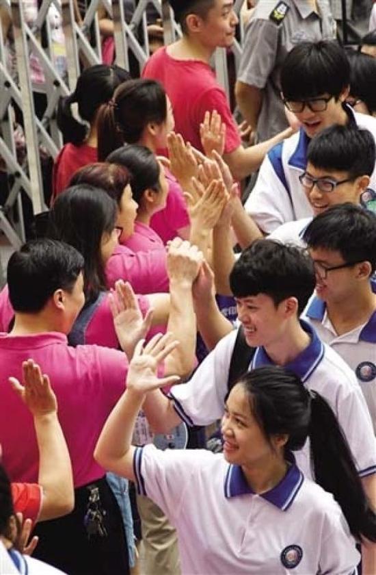 老师与学生击掌加油。广州日报 图