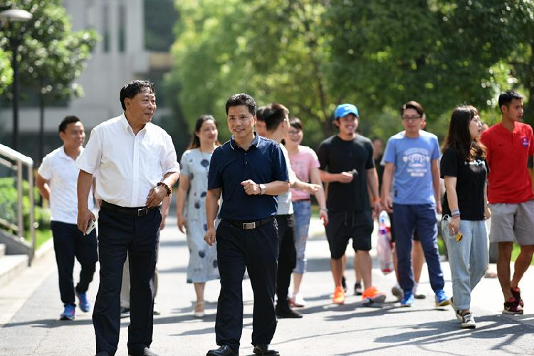 徐龙海校长(左二蓝色上衣)迎接李端(左一)的到来_副本.jpg