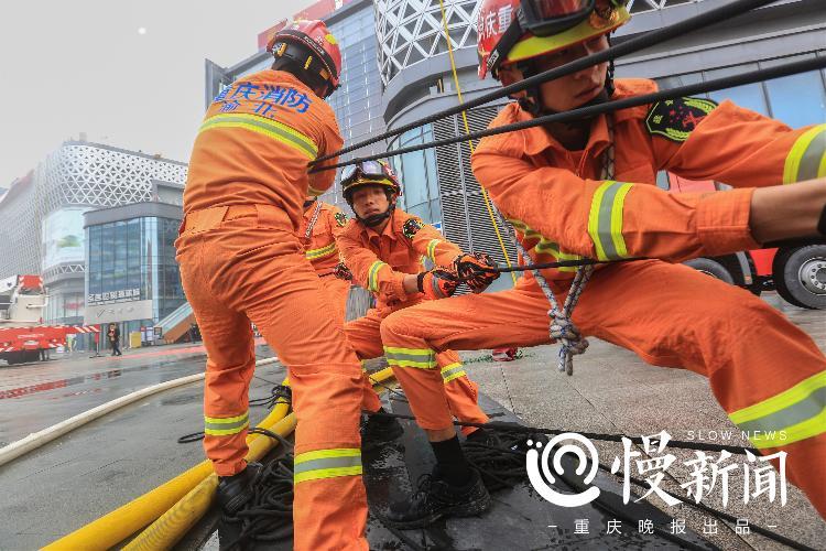 应急演练中消防员通力配合开展火灾扑救工作。拍摄者:孟俊吉.jpg