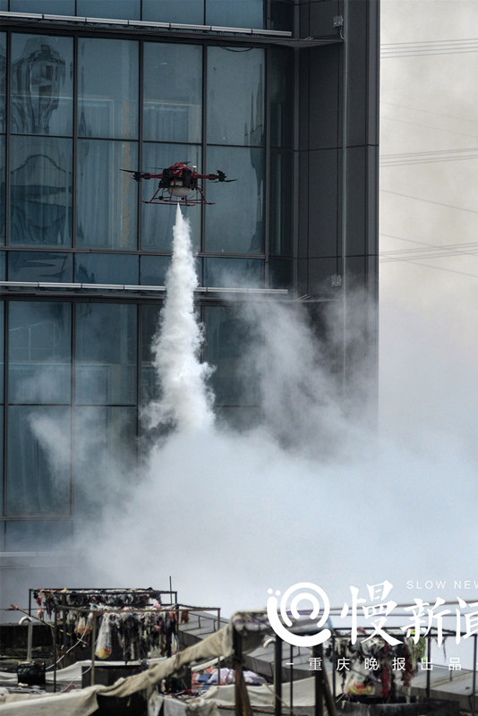 消防无人机对火势进行控制。拍摄者:孟俊吉_副本.jpg