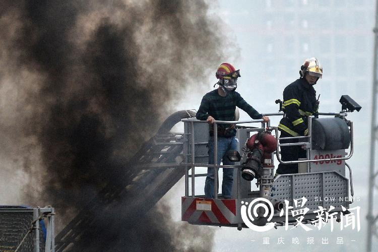 消防员运用登高平台车营救被困群众。拍摄者:孟俊吉.jpg