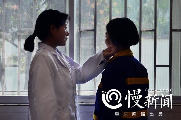 劉赟正在給戒毒人員施以耳穴治療.jpg