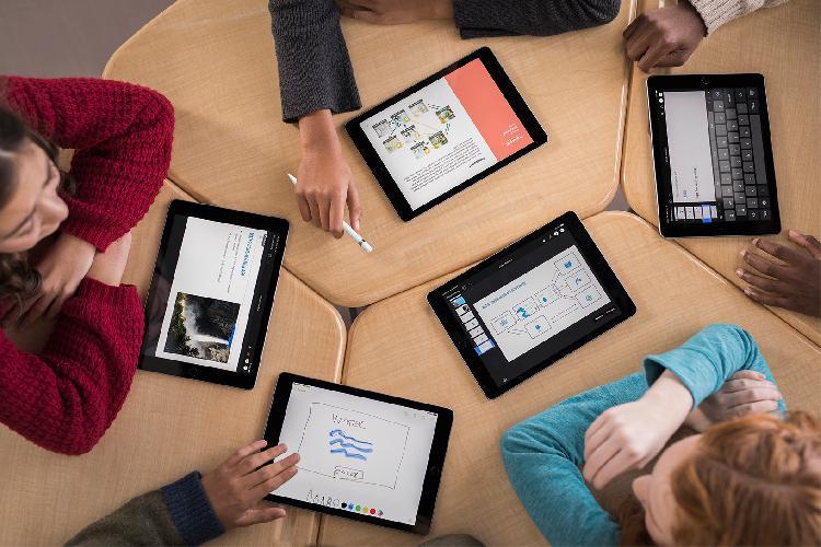 Computer-Science-Education-Week_iPads_11262018.jpg