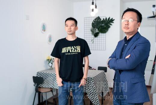 p63-1蛋壳公寓执行董事长沈博阳(右)表示,蛋壳要做的就是用互联网的方式去改造或赋能传统的住房租赁行业,让它更有效率。《中国经济周刊》首席摄影记者 肖翊I 摄