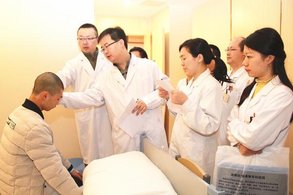 图一:周副教授、王博士带领民生团队为患儿检查.jpg