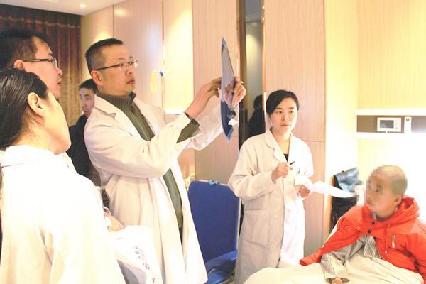 图二:周副教授、王博士在查看影像片.jpg