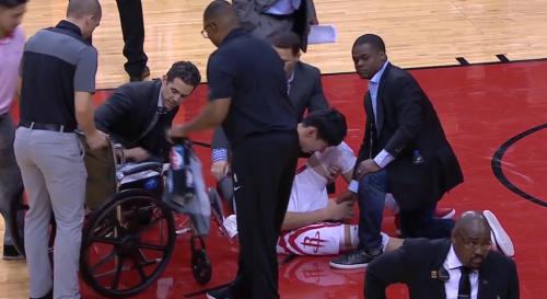 周琦首秀受伤倒地,膝盖被压坐轮椅离场