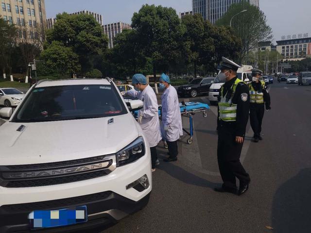 「重庆」民警快速救助送医昏厥司机