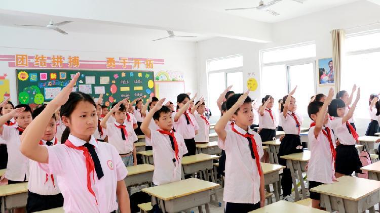 兴国江西兴国:红小举行别样的升旗仪式