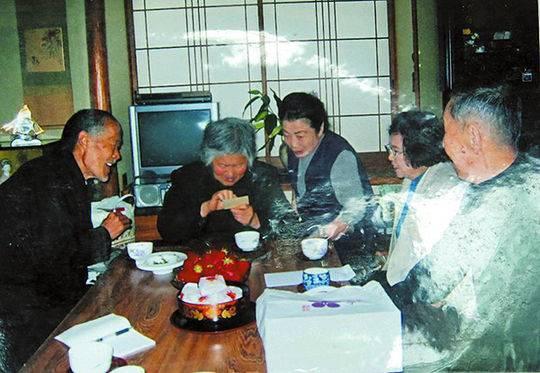 王玉兰(左二)和老伴李明堂(左一)2006年去日本探亲,左三为其表姐。 资料图