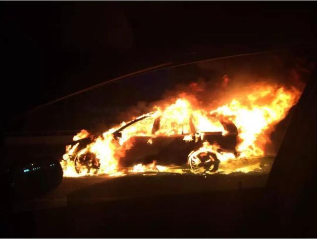 """特斯拉叕出事!炎炎夏日,不要让你的电动车成为街上最""""火""""的仔"""