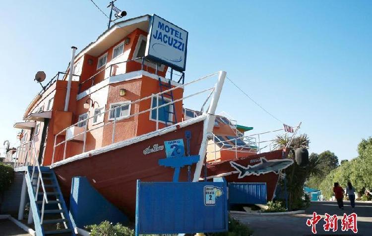 """在智利的""""巴伊亚""""汽车旅馆,房间的外形决定了其内部的装修风格,这是一套船屋。.jpg"""