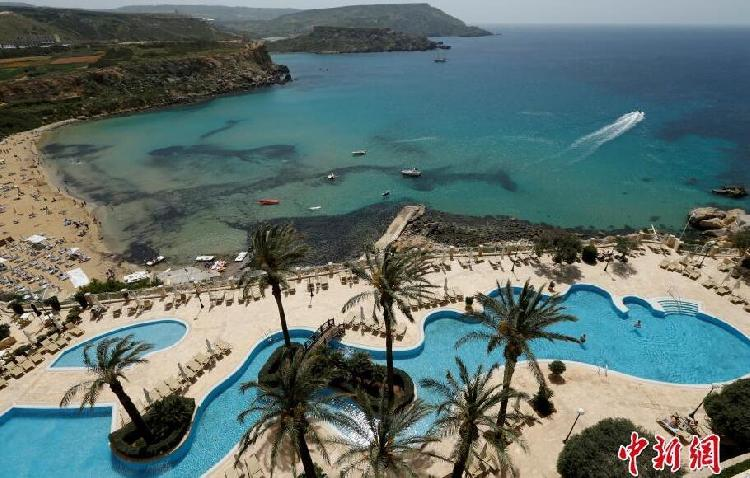 马耳他墨尔本郊外的金色海湾,人们可以坐在度假村的专属海滩上享受到面朝大海春暖花开的诗意。.jpg