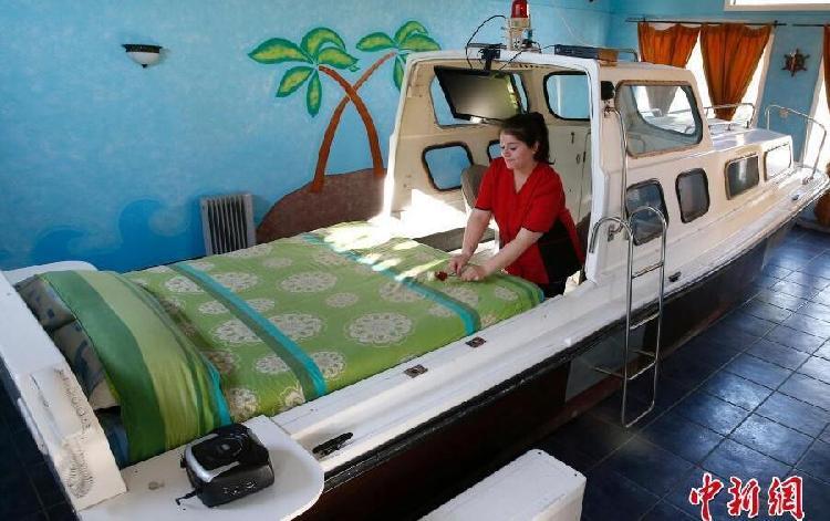 """走进船屋内部,工作人员正在""""船上""""收拾床铺。.jpg"""