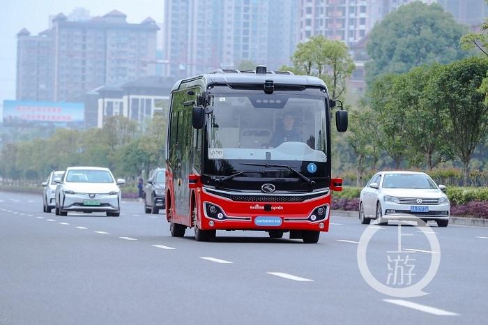 行驶在路上的无人驾驶车-FZ10046180003.jpeg