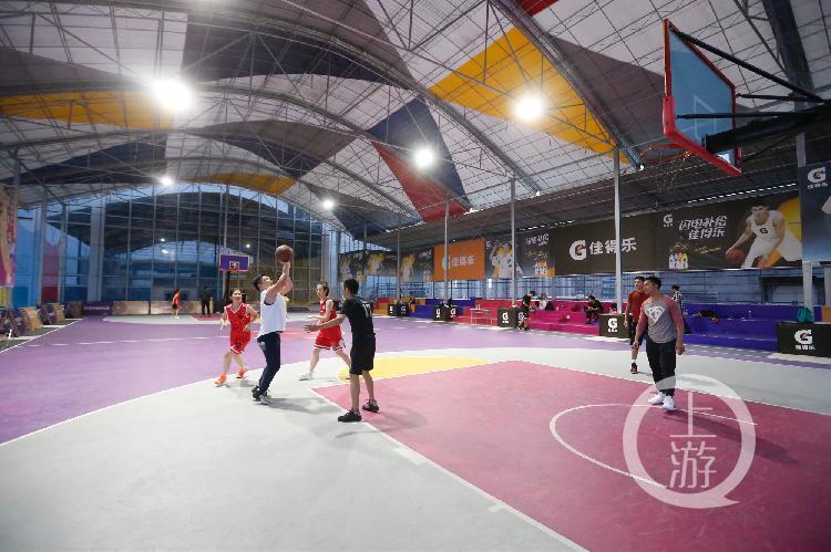 空中篮球公园、灌篮高手主题元素,重庆篮球场越来越时尚