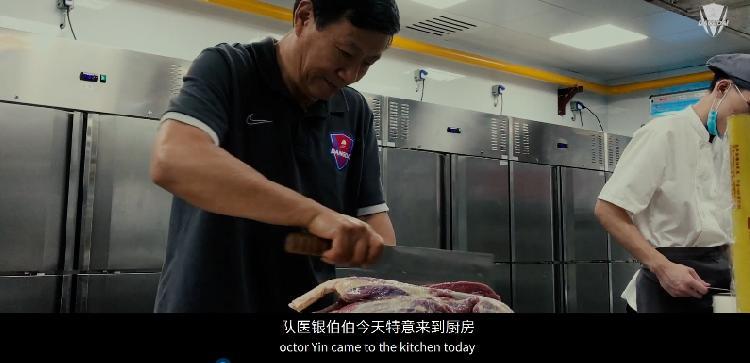 《反击:重庆当代2020》第四集:卡尔德克好能吃辣,队医银伯伯厨艺不输医术