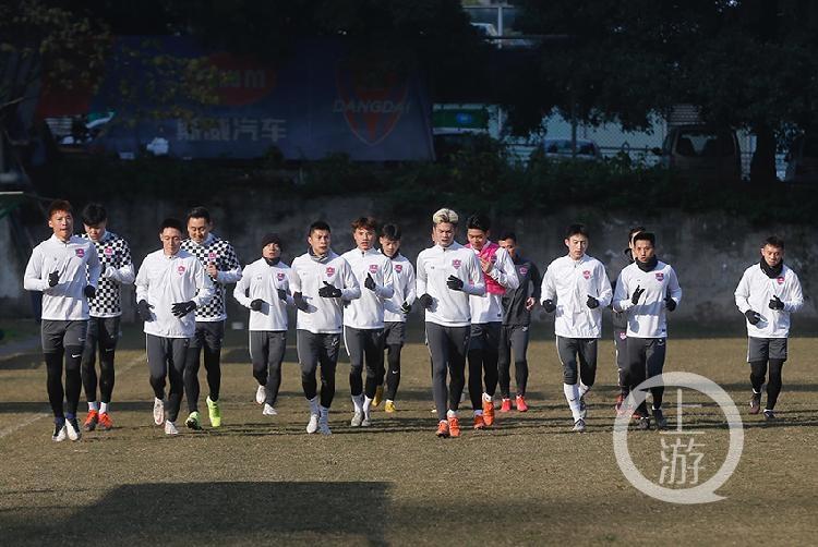 重庆当代今年进行首堂训练课,17日全队前往广州冬训