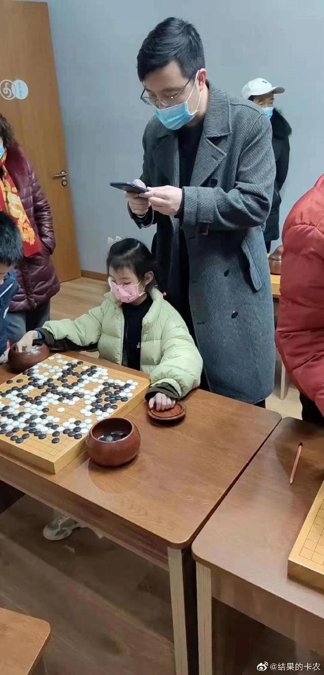 惊出表情包!女儿围棋定级赛首秀2胜1负,古力场边观战:谢谢,有被吓到