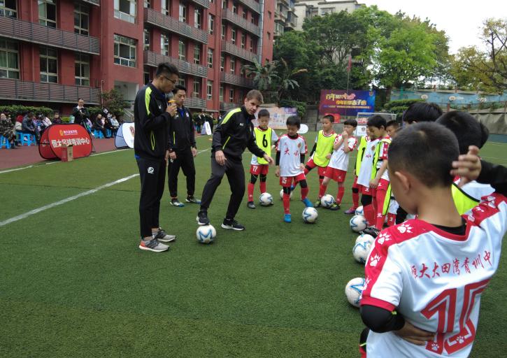 巴西青训教练来给小学生球员上课了!快来看看原汁原味的巴西青训