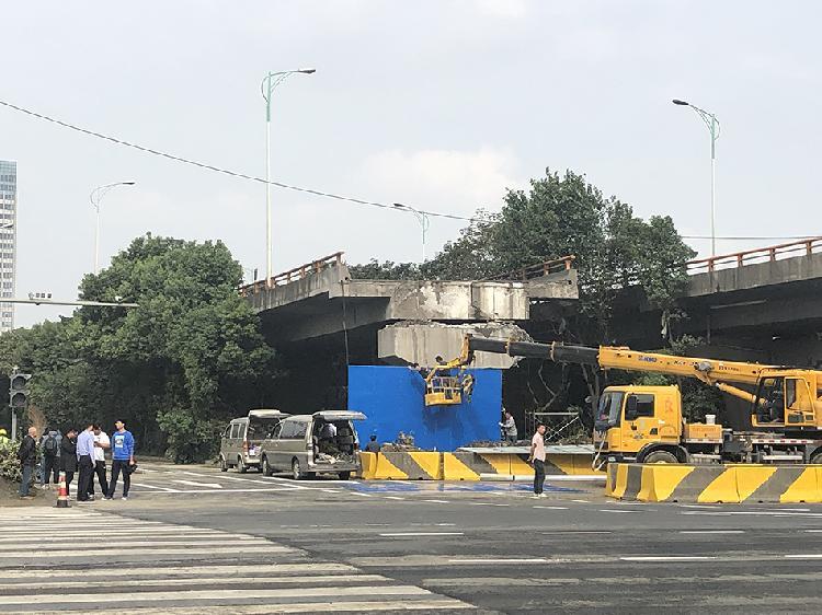 10月12日早上,无锡高架侧翻事故现场的地面道路,锡港路恢复通车。 本文图片澎湃新闻记者 袁杰