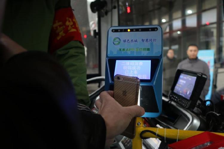 乘客用东城公交掌上APP进行扫码支付.jpg