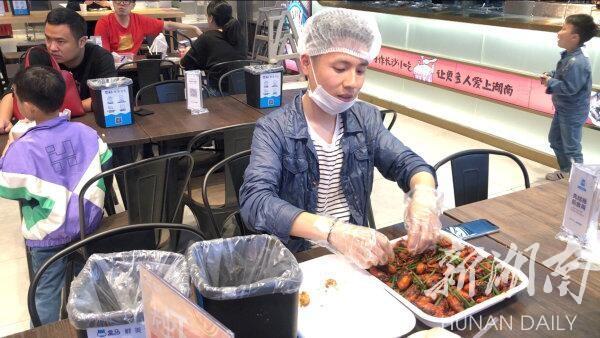 小龙虾带来新职业,剥虾师日薪200元