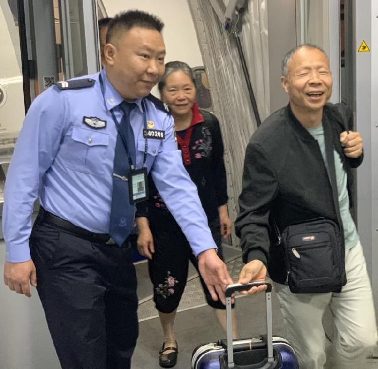 10分钟办完116名旅客入境手续 重庆出入境边检总