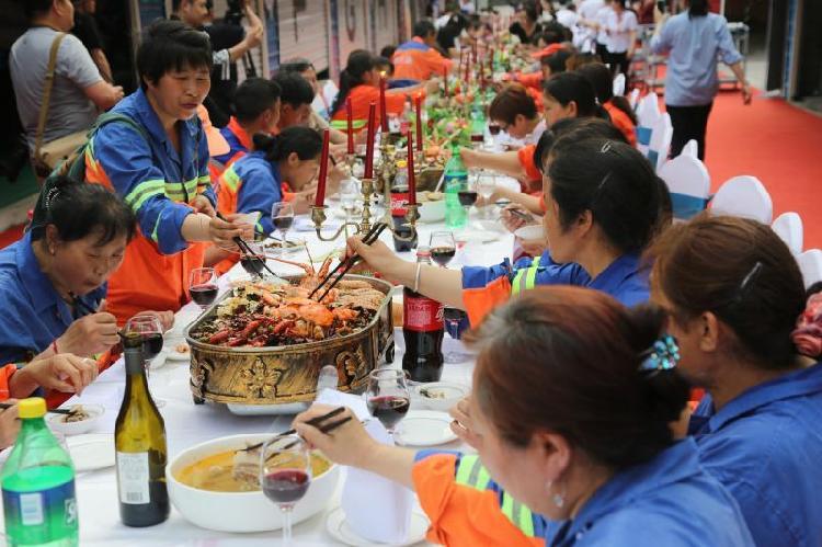 红酒广场美食节开幕活动上的劳动者长桌宴.jpg